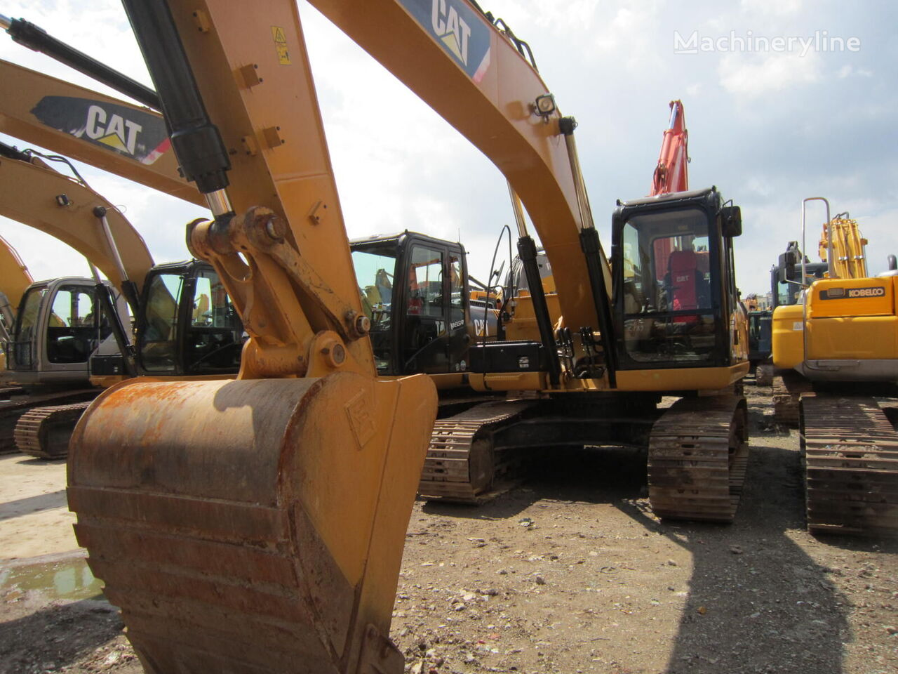 CATERPILLAR 320D tracked excavator