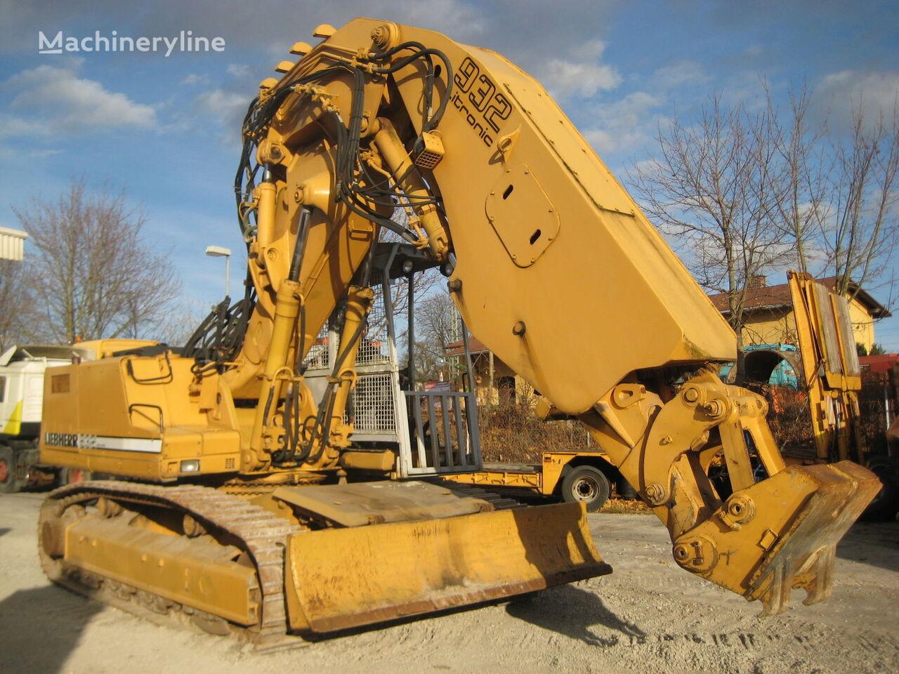 LIEBHERR R932 tracked excavator