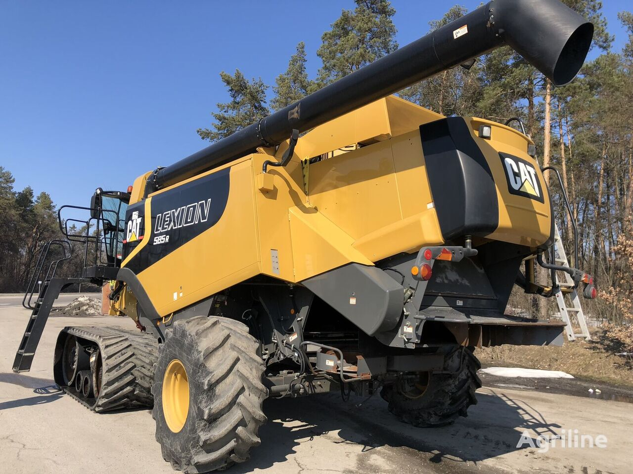 CLAAS LEXION 585R grain harvester