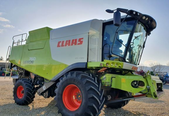CLAAS LEXION 760 grain harvester