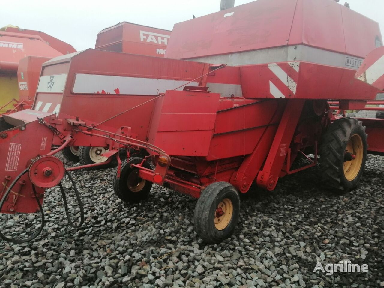 MASSEY FERGUSON 186 grain harvester