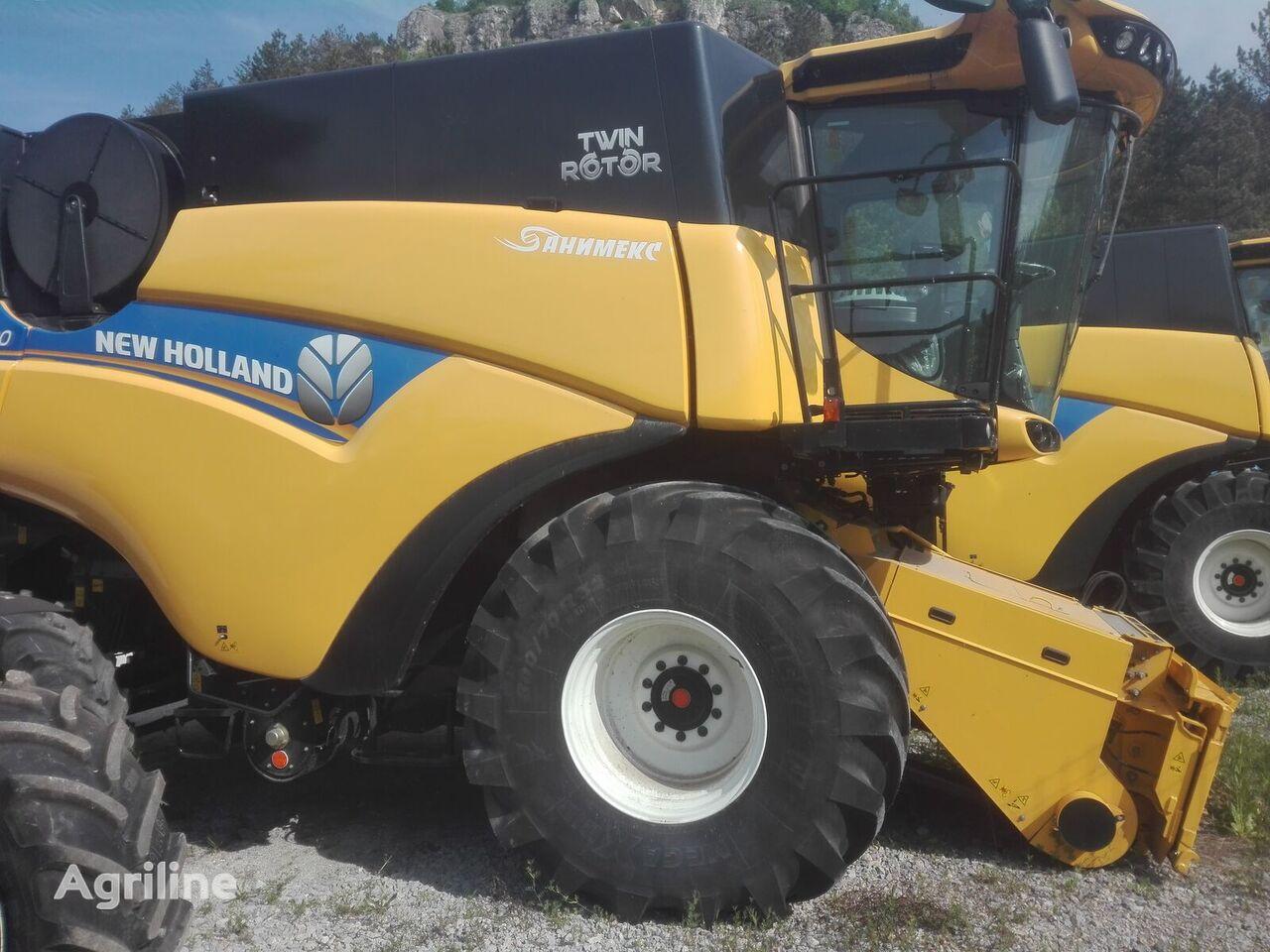 new NEW HOLLAND CR7.90 grain harvester