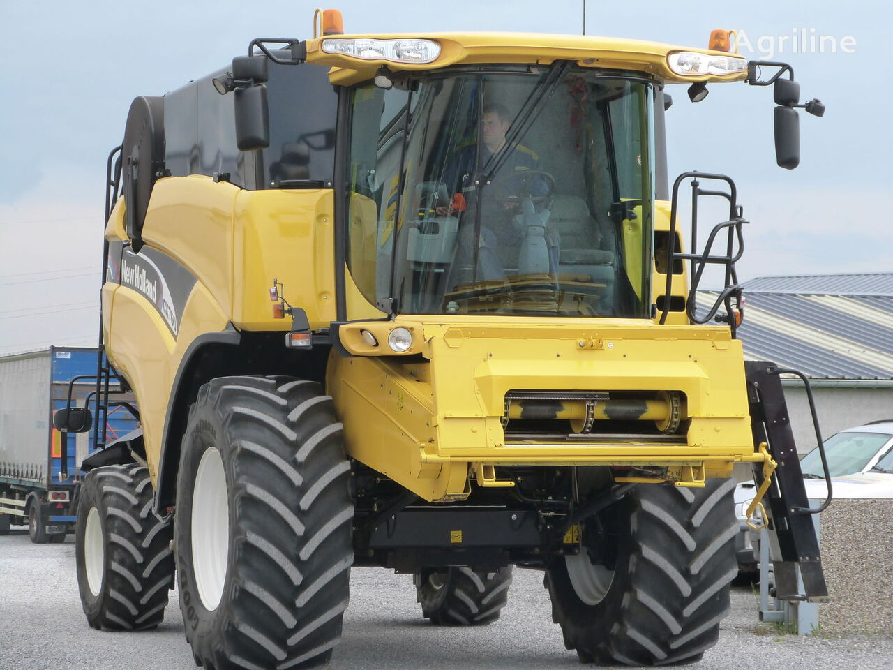 NEW HOLLAND CX760 grain harvester