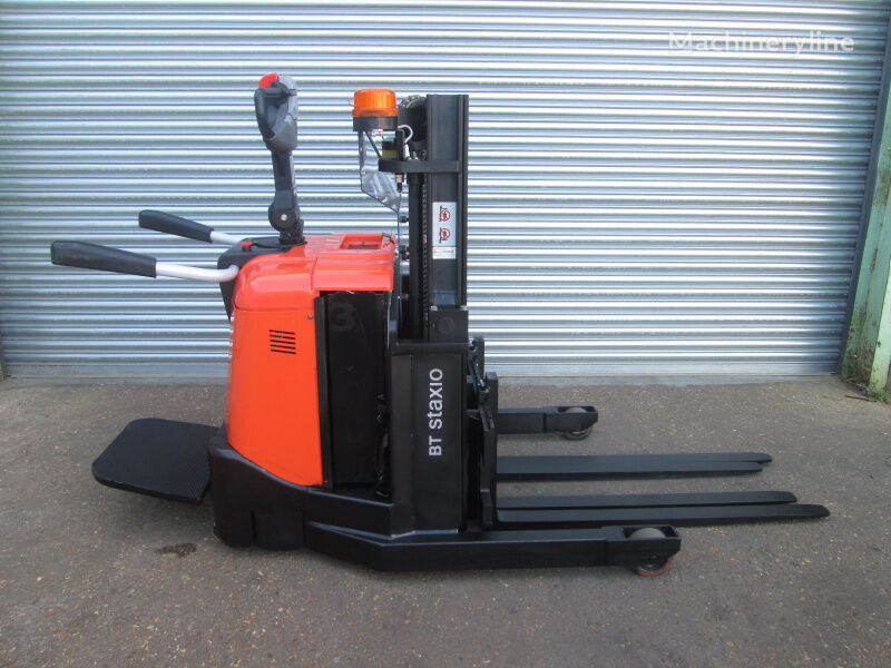 BT SPE125 pallet stacker