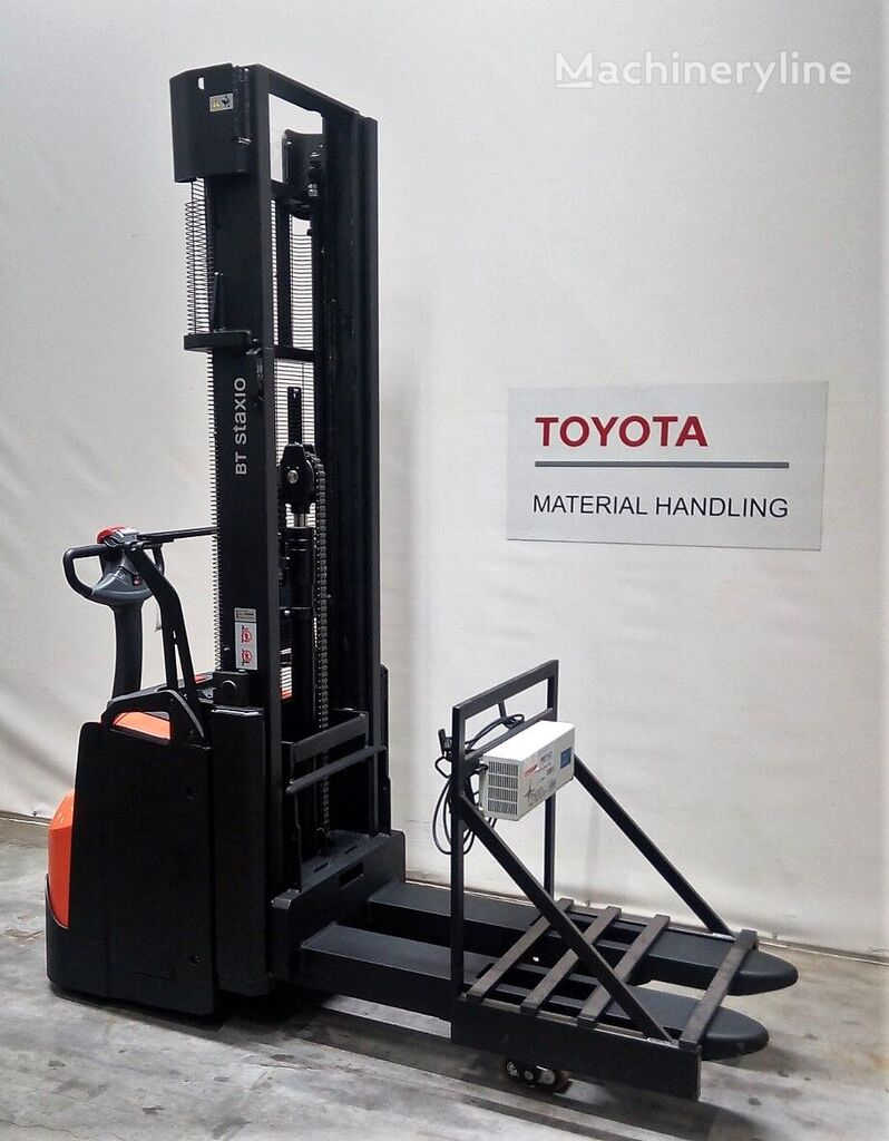 TOYOTA SWE200L pallet stacker