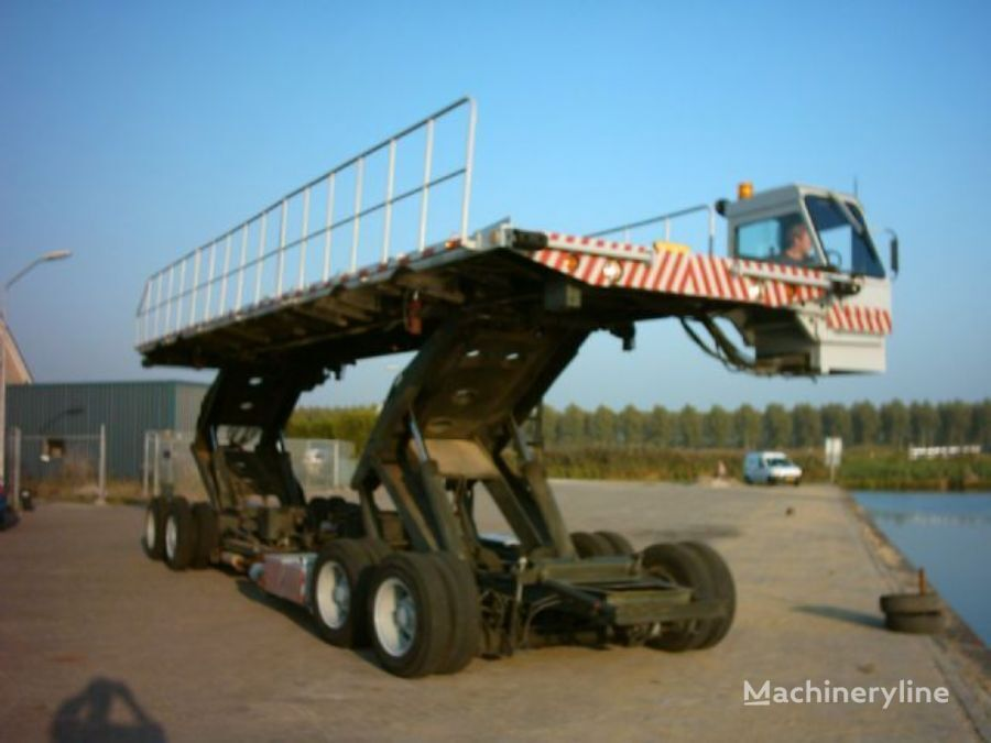 CATERPILLAR oskosh airplane loade other airport equipment