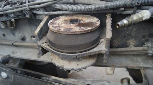 MAN F2000 engine support cushion for tractor unit