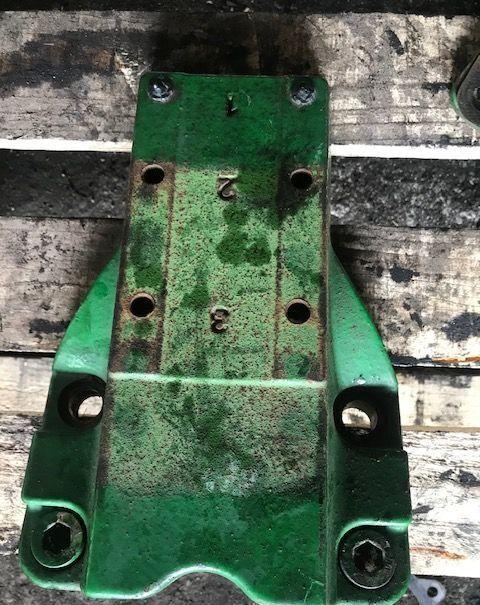 Podstawa Wspornika Błotnika JOHN DEERE L216249 fasteners for JOHN DEERE 6620 6630 6820 tractor